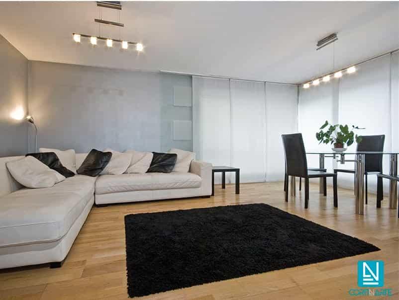 Comedor moderno con cortinas paneles blancas traslúcidas